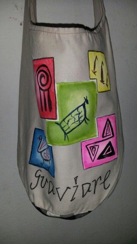 Mochila grande pintada a mano con diseños rupestres