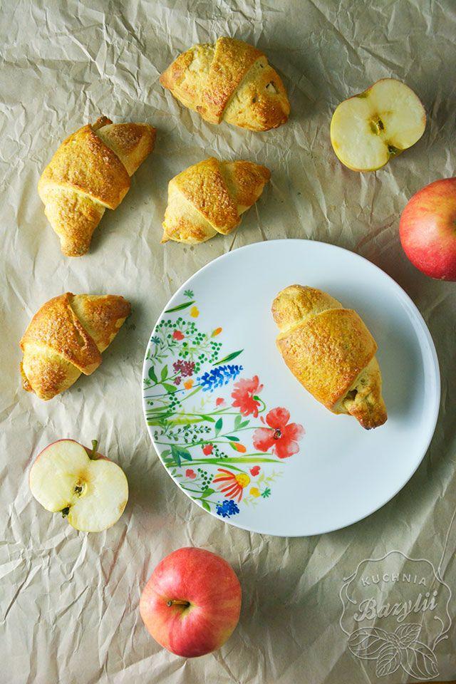 Kruche rogaliki drożdżowe z jabłkami są moją propozycją słodkiej chwili na jesienne i zimowe dni, do kawy. Pyszne, rozpływające się w ustach!