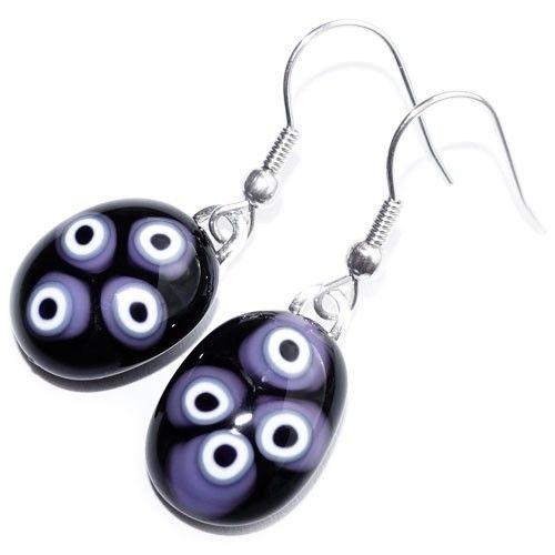 Zwart lila glazen oorbellen van millefiori glas. Glasfusing oorhangers uit eigen atelier. Unieke glazen sieraden.
