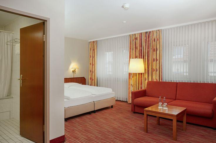 Bett und Sofa Superior Zimmer im H+ Hotel Mannheim