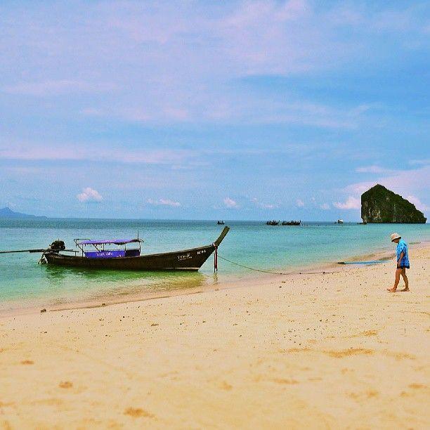 menuju.. #aonang #krabi #beach #boat #bluesky #bluewater #sand #snapshot #miniaturize - nunutngombe @ Instagram Web Interface - 5th village