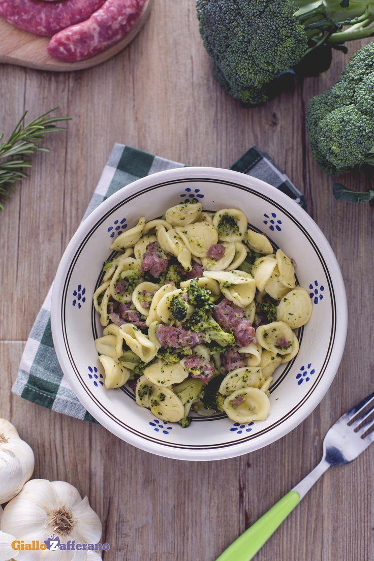 Le #orecchiette con broccoli e #salsiccia (orecchiette with broccoli and sausage), due ingredienti spesso abbinati in maniera vincente! #ricetta #GialloZafferano #italianfood #italianrecipe