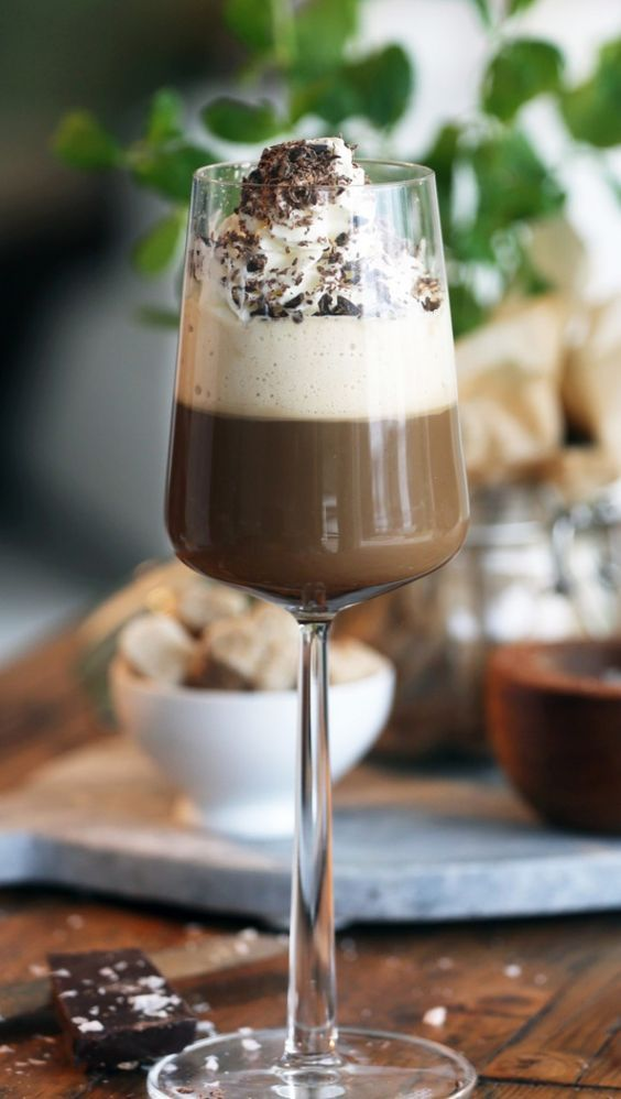 Åh så gott! En varm kaffedrink med Baileys, apelsinlikör och grädde, toppad med riven choklad med apelsinkrokant. Sitter fint efter middagen när det får v