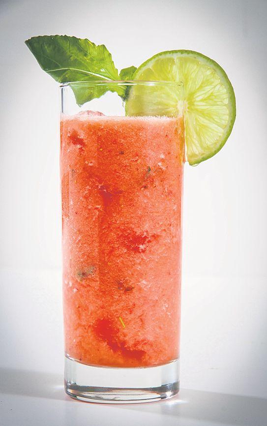 Receta para un mojito especial con tomate. Ingredientes: 1 Tomate; 3 Fresas; Jugo de 1 limón; 4 hojas de Albahaca; 2 cdas de Azúcar; 2 oz de Ron Blanco; 2 cdas de Club Soda; ½ cdta de Jengibre, fresco y rallado. Preparación: En una licuadora agregue todos los ingredientes menos el club soda y mezcle. Vierta la mezcla en un vaso con hielo y luego agregue el club soda. (Foto Suministrada)