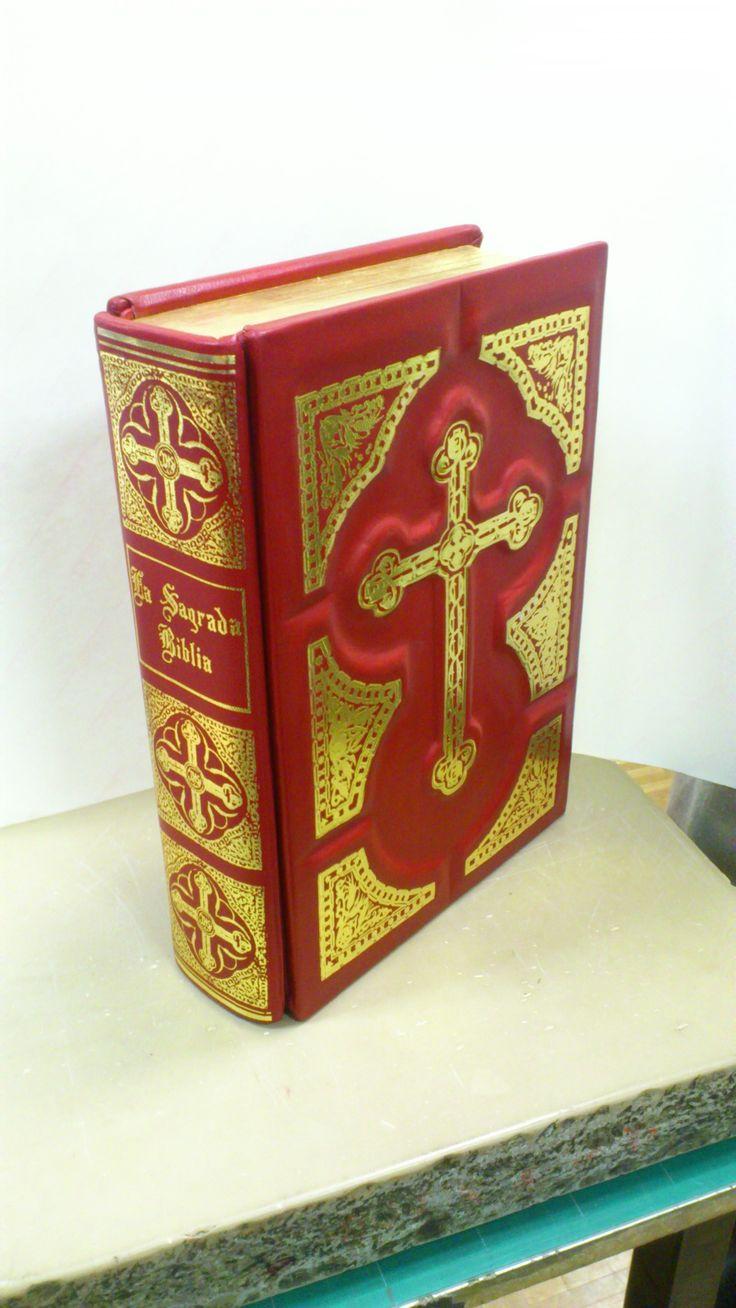 La Sagrada Biblia, obra completa restaurada y encuadernada y dorada de los cantos con hoja de oro de 22 k. Ilustrada por Gustavo Doré. Encuadernado en tapas de madera con cuero repujado y detalles dorados.