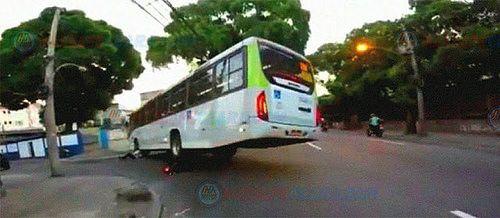 Ônibus passa por cima de moto e leva motociclista junto; veja o vídeo: ift.tt/2mgzof1