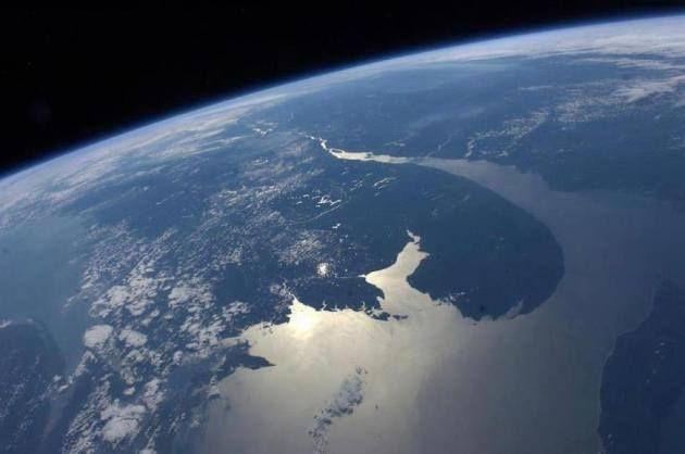 Le Saint-Laurent est l'un des 25 plus longs fleuves au monde (1140 km). Il possède un bassin de drainage de 1 610 000 km2 (25% des réserves mondiales en eau douce). Prenant sa source à l'embouchure du lac Ontario, il traverse le Québec, se jette dans le golfe du Saint-Laurent (plus grand estuaire au monde), pour rejoindre l'océan Atlantique.