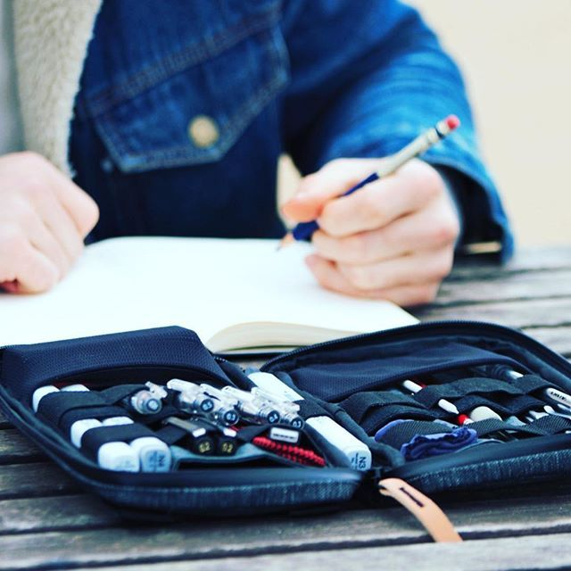 The new Etchr Field Case - we'll be launching this little baby alongside our Art Satchel in August. Check out more details on our blog : )⠀  ⠀  ⠀  #carryforcreatives #drawing #art #ink #illustration #dailyart #conceptart #sketch #sketching #sketchbook #etchrfieldcase #artists #urbansketch #artsupplies #artlife