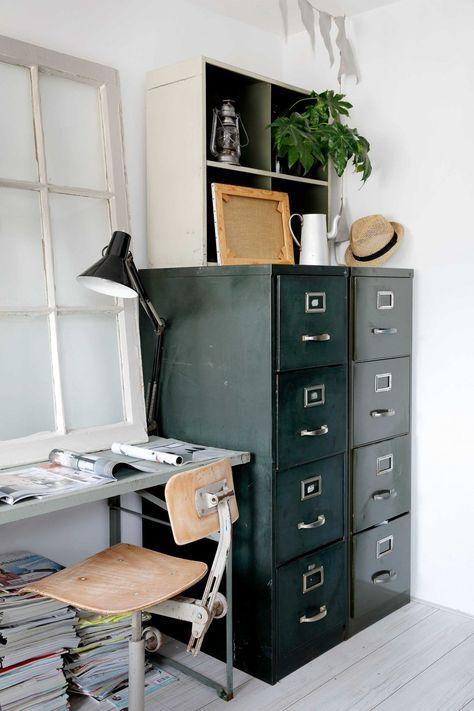 """Design molto industriale per l'angolo studio-lavoro in cui non possono mancare le cassettiere in ferro stile """"ufficio""""."""