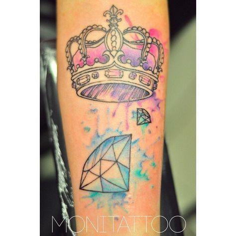 Tatuajesde coronas Descubre las mejores fotos de tatuajesde coronas Cada vez más personas se deciden a hacerse tatuajes de coronas. En este sentido cabe destacar que, habitualmente, este tipo de dibujos se asociaba con el género femenino pero que, hoy en día, los hombres también se atreven a ponérselos sin