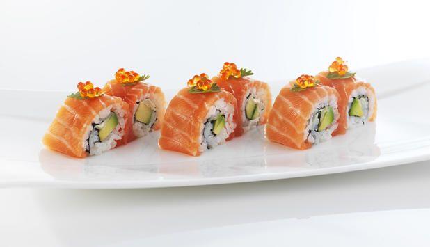 Karibu er en appetittvekkende sushi. I denne oppskriften er den dekket med laks og fylt med avokado og wasabimajones. Det er beregnet 4 biter til hver porsjon.