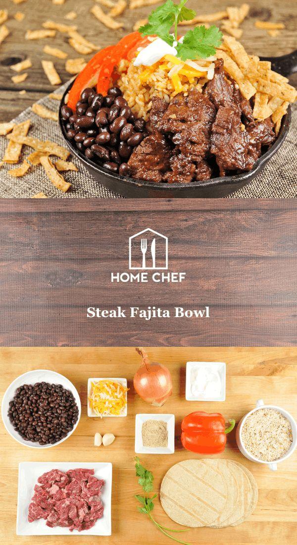 Steak-Fajita-Schüssel mit spanischem Reis, schwarzen Bohnen und gebratenen Pfeffern