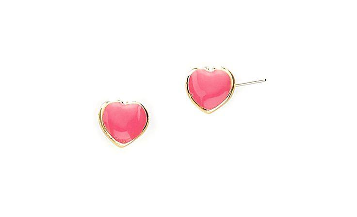 Coquetos aretes en forma de corazón en color rosa pastel. Elaborados en 4 baños de oro de 18 kl.