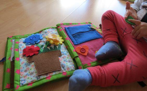 Libro per bambini tranquilla, grande libro personalizzato, montessori tessuto libro, libro di 10 pagine, GRATUITO nome sulla copertina di mokkaQUIETbooks su Etsy https://www.etsy.com/it/listing/278818850/libro-per-bambini-tranquilla-grande