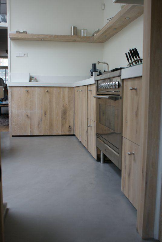De combinatie van een roestvrijstaal #Boretti fornuis met bijpassende eikenhouten keuken. Fraai is het design element van de doorlopende kastdeuren.