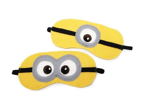 Kit infantil composto por:  2 máscaras de dormir feitas em feltro, modelo infantil de minions. Perfeitas para as horas de soneca da criançada e também ótima opção como lembrancinhas para festas!