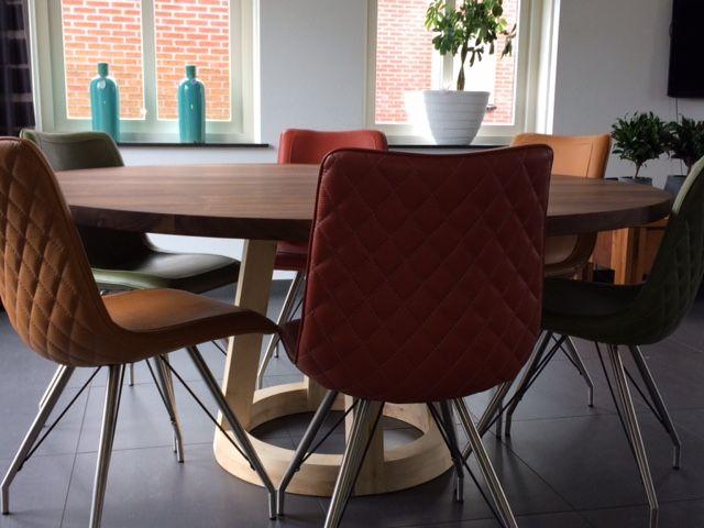 ERVAAR HET WAUW GEVOEL  De round tafel is een uniek ontwerp uit 2007 van FeicoJr.Westra het ronde blad  samen met de prachtige opgetogen poten zijn een zeer mooi geheel.      Ontwerp : FeicoJr.Westra 2007  Houtsoorten : Eiken - Walnoten - Esdoorn - Iepen