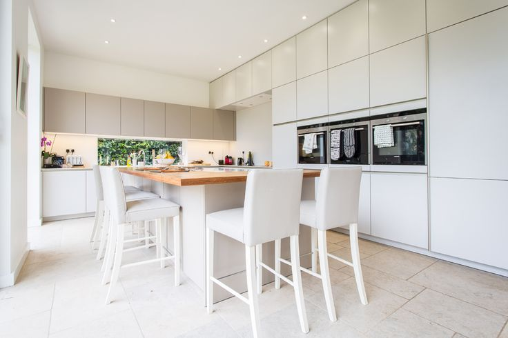 This kitchen makes full use of the ceiling height keeping elegant design in mind.