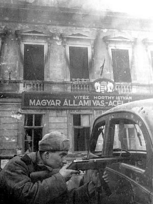 Soviet soldier armed with a Ppsh-41 fighting in the streets of Budapest,1945