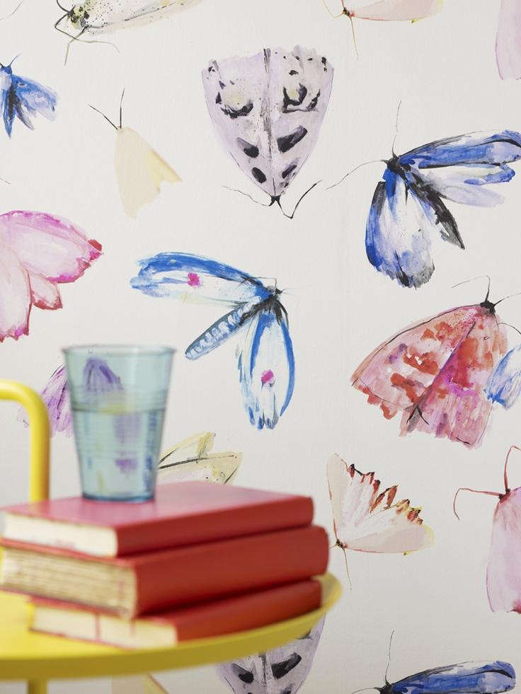 Nærbilde av akvarelleffekten og fargene på møll-tapetet