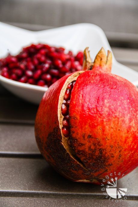 How To Easily De-Seed A Pomegranate | www.vegetariangastronomy.com