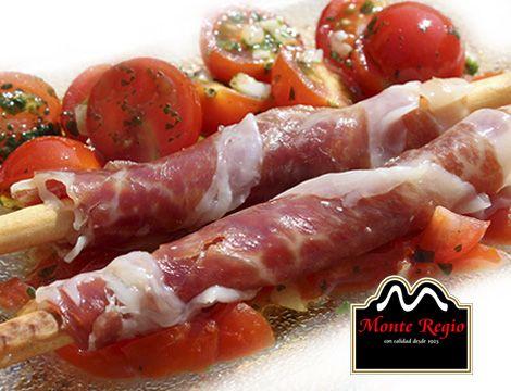 Palitos de pan envueltos con jamón ibérico #MonteRegio acompañados de tomate cherry aliñado con aceite y orégano #elmejoraperitivo