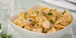 Le farfalle panna e salmone sono un primo piatto di pesce realizzato con un gustoso condimento di bocconcini di salmone, panna e vino bianco.