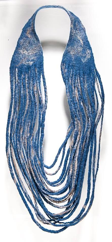 Béatrice Balivet - Une des pièces exposées au Pôle Bijou à Baccarat, les 5 éléments, Opus 3, l'air. Derrière les rideaux, l'air est bleu comme...