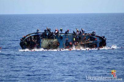 Лодка с мигрантами перевернулась в Средиземном море. ФОТО http://ukrainianwall.com/blogosfera/lodka-s-migrantami-perevernulas-v-sredizemnom-more-foto/  На фотографиях запечатлен драматический момент, когда в Средиземном море, неподалеку от Ливии, перевернулась лодка с мигрантами. Как сообщает Sky News, итальянская береговая охрана спасла более 550 человек. fishki