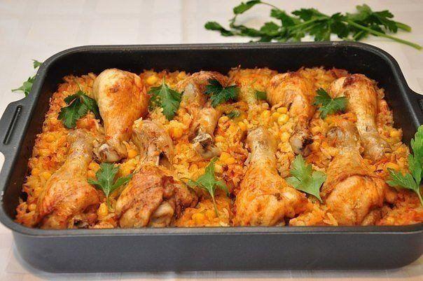 ЛЕНИВЫЕ НОЖКИ  Ингредиенты:   1 упаковка куриных голеней,  2 моркови,  2 луковицы,  1 банка консервированной кукурузы,  стакан (200 мл) риса (у нас сорт Жасмин),  500 мл кипятка или бульона,  соль,  перец паприка,  пряности по вкусу,  растительное масло для жарки.  Приготовление:  С кукурузы слить жидкость. Лук очистить и мелко порезать. Морковь очистить и натереть на терке. Обжарить на сковороде лук и морковь. Добавить в сковороду промытый рис, кукурузу, перемешать,