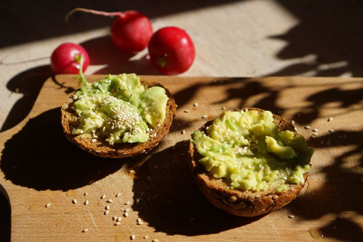 Jeśli nie masz pomysłu z czym można zrobić tosty, to jest idealna i zdrowa propozycja :). Pełnoziarnisty tost z dojrzałym awokado to mój najnowszy hit.