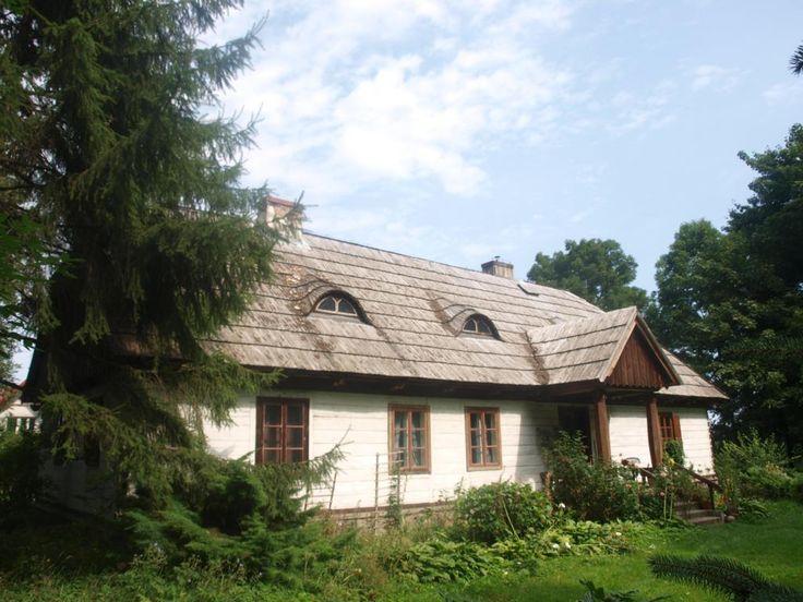 Dwór w Badowie Mściskach z 1 poł. XIX w. wzniesiony dla rodziny Pstrokońskich. Obecnie - własność prywatna.