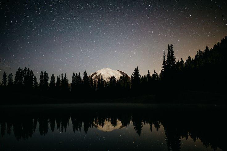 Sob as estrelas no Lago Tipsoo, estado de Washington, USA.  Fotografia: Tanner Seablom.