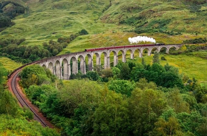 「ハリー・ポッター」の舞台にもなった「グレンフィナン陸橋(Glenfinnan Viaduct)」は、ハリポタファンでなくとも息を飲む絶景。