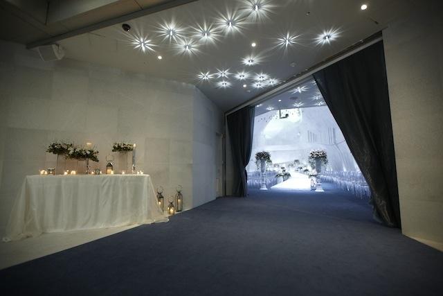서울컨벤션 3층의 로열블루빛의 계단을 걸어 올라오다 보면 이 정도에서 걸음이 멈추어 버립니다. 바로 커튼 사이로 보이기 시작하는 일루미나홀의 아름다움 때문이죠. 예식을 찾아오신 하객분들의 탄성이 시작되는 곳이 바로 이 곳입니다. www.seoul-convention.com