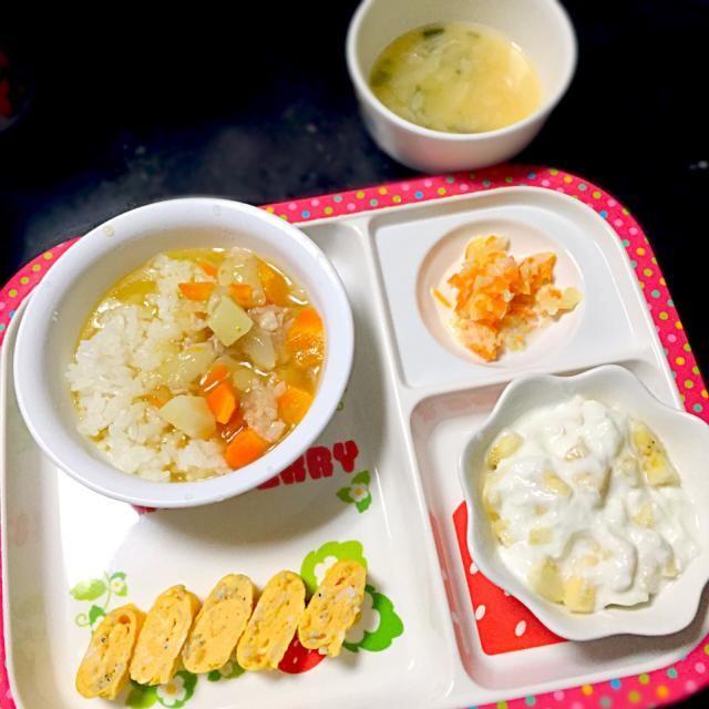 ⚫︎カレーライス ⚫︎しらす入り玉子焼き ⚫︎コールスローサラダ ⚫︎お味噌汁 ⚫︎バナナヨーグルト   カレー→かつおダシ汁に少量のカレールー、片栗粉でとろみ  サラダ→茹でたキャベツ、人参を少量のマヨネーズで和えたもの  全く別のものにしようかと思ったけど、美味しかったみたいで、ニコニコで完食してくれました◡̈♡ 娘用でカレーを作って良かった! - 5件のもぐもぐ - 子どもごはん by mamekoon