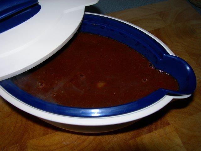 Das perfekte Bratensoße-Rezept mit Bild und einfacher Schritt-für-Schritt-Anleitung: Zwiebel/Knoblauch schälen, feine Würfel schneiden. Karotte…