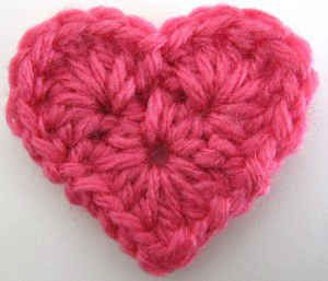 """heart with 1.5 rounds. a bit granny style with 4x 3hdc 2ch as center circle. dc 5htr dc as """"bumps"""""""