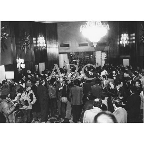 Madrid, 23/02/1981. Golpe de Estado del 23 de febrero. Aspecto del hotel Palace, frontero al Congreso, que se convirtió en cuartel general de la prensa durante la larga noche del asalto y en lugar de reunión, como se sabe, de altos mandos militares que trataban de solventar la difícil situación: Descarga y compra fotografías históricas en   abcfoto.abc.es
