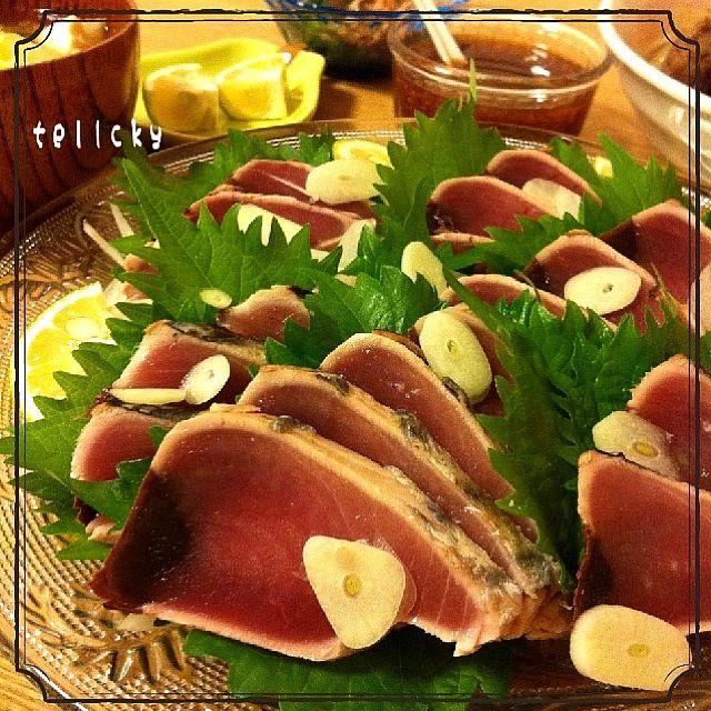 今日は☆ 鰹のタタキが安かった(=^ェ^=) レモン生姜醤油で、いただきました。 そして、 今日も味噌汁に、カボスを絞って! 具は、シリリちゃんお勧めの、白菜・ワカメ・豆腐・卵で作りました。美味しかったよ~( ´ ▽ ` )ノ♡ なので、また。 食べ友♡出演お願いします(笑) - 208件のもぐもぐ - 鰹のタタキ☆レモン生姜醤油ダレ( ^ ^ )/□ by tellcky