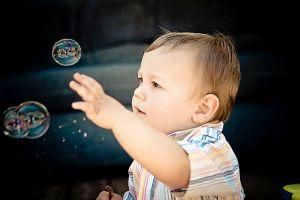bebé jugando con burbujas