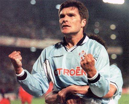 Gudelj festexa o 3-1 ao Liverpool