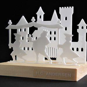 kejserens-nye-klaeder-HC-Andersen-hvid-ryborg-urban-design-fyrretrae-jul-bolig-indretning-denmark-dekoration-souvenir-akryl-dab-boern-gave-bornevarelse-moderne-nordisk-historie-kultur-eventyr