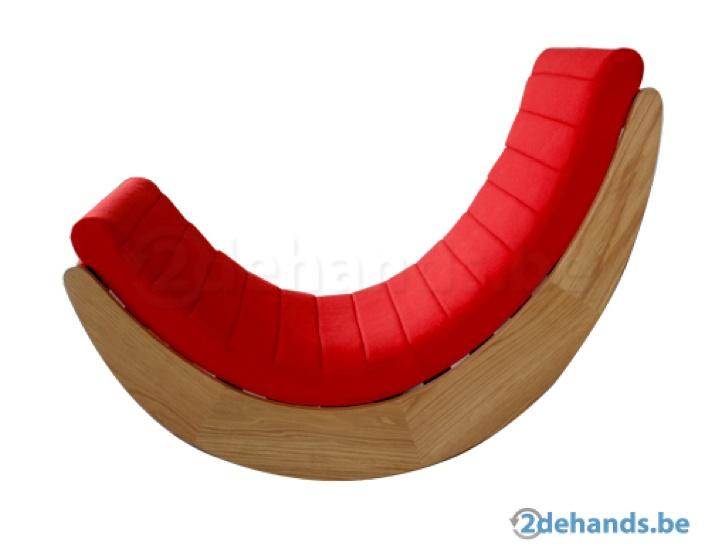 Designstoel Relaxer van Verner Panton.  Verner Panton wordt gezien als een van invloedrijkste 20e-eeuwse meubel- en interieurvormgevers. Tijdens zijn carrière ontwierp hij innovatieve en futuristische meubelen in een uitgebreid gamma van materialen, vooral plastics, en in felle kleuren. Zijn stijl weerspiegelde de geest van de jaren 60 maar werd op het einde van de twintigste eeuw opnieuw populair. Prijs: overeen te komen