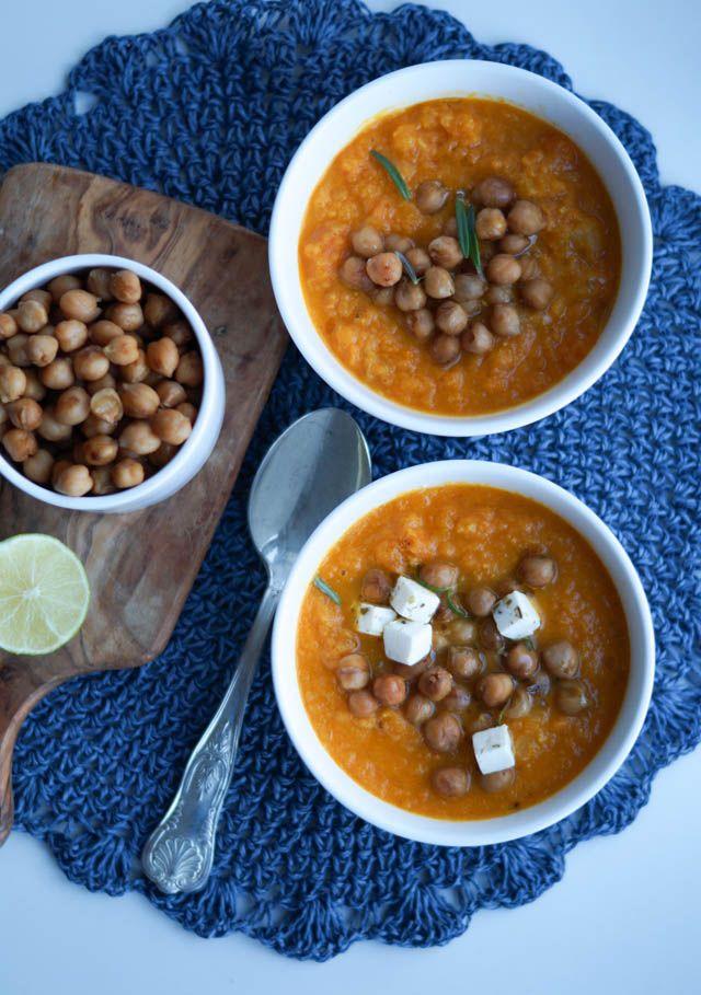 Denne gulerodssuppe er perfekt, når der er så koldt udenfor som der er for tiden. Jeg spiser meget suppe i vintermånederne, især fordi det smager skønt og er sundt. Denne gulerodssuppe er virkelig simpel og tager nærmest ingen tid at lave. Jeg toppede min suppe med soya-ristede kikærter og lidt feta, men ellers kan lidt …