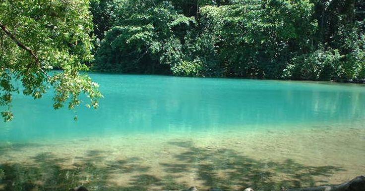 Cenário de filme, Lagoa Azul 'sem fundo' encanta turistas na Jamaica