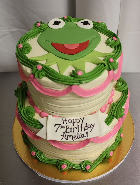 Kermit the frog 2 tier cake ... This cake is TOTALLY AMAZING!!!!! (I think it would make an AMAZING 30th B-day cake!!!!! (Hint, hint, hint, Monkey! You could do this!!) And you have just under a year to figure it out LMAO)