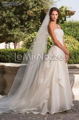 http://www.lemienozze.it/operatori-matrimonio/vestiti_da_sposa/abiti-sposa-roma/media/foto/8  Abito da sposa con lungo velo e balze sulla gonna ampia