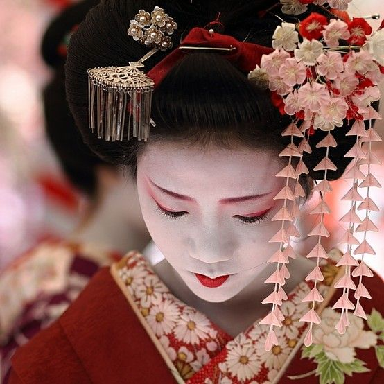 Pretty Japanese Geisha - Visit http://asiaexpatguides.com to make the most of your experience in Japan! Like our FB page https://www.facebook.com/pages/Asia-Expat-Guides/162063957304747 and Follow our Twitter https://twitter.com/AsiaExpatGuides for more #ExpatTips and inspiration!