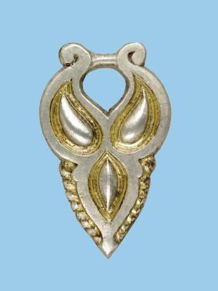 Kéttagú, aranyozott ezüst kaftánveret alsó része. A honfoglalás kori sírokat Derekegyháza határában találták 2003-ban. A csontváz jobb oldalán kéttagú csüngős kaftánveretek voltak. Az öntött, felületükön aranyozott ezüstveretek előlapját növényi indát imitáló minták díszítik. A kaftánveretek között öt darab egyforma és egy eltérő kialakítású.